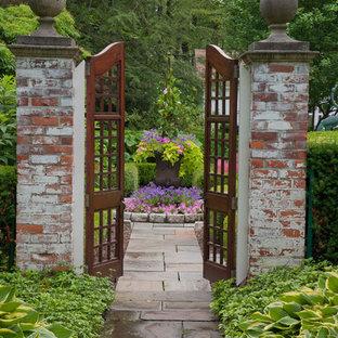 Imagen de camino de jardín clásico con exposición total al sol y adoquines de piedra natural