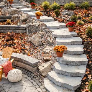 На фото: сад на склоне в классическом стиле с