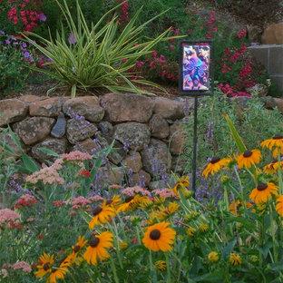 Пример оригинального дизайна: маленький солнечный, летний засухоустойчивый сад на переднем дворе в средиземноморском стиле с хорошей освещенностью, покрытием из гравия и садовой дорожкой или калиткой