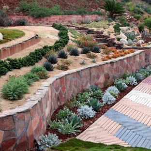Idéer för medelhavsstil trädgårdar i slänt