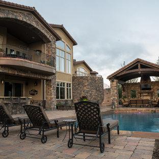Mediterrane Gartenkamin hinter dem Haus, im Sommer mit Pflasterklinker in Denver