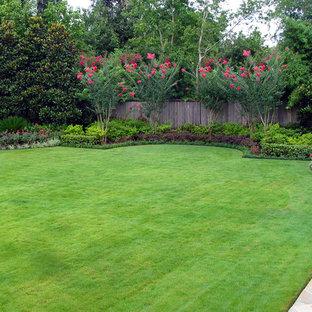 Cette photo montre un jardin arrière chic avec des bordures.