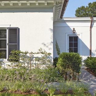 Ejemplo de jardín mediterráneo, en patio lateral, con adoquines de piedra natural
