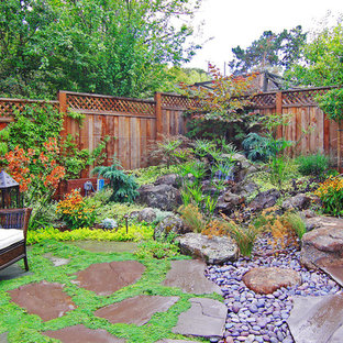 Contemporary back garden in San Francisco with a water feature.