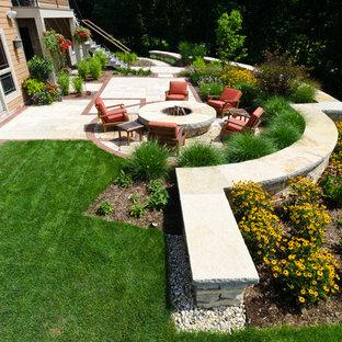 Идея дизайна: участок и сад среднего размера на заднем дворе в стиле кантри с подпорной стенкой и покрытием из каменной брусчатки