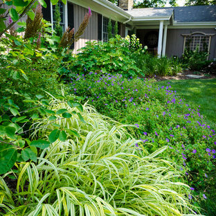 Design ideas for a mid-sized traditional partial sun front yard mulch landscaping in Milwaukee for summer.