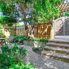 Traditional Landscape by Seattle Staged to Sell and Design LLC