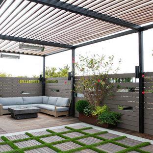 Ispirazione per un giardino minimal dietro casa con un focolare e pedane