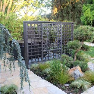 Esempio di un giardino etnico dietro casa