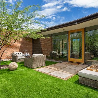 Inspiration for a mid-century modern backyard lawn edging in Phoenix.