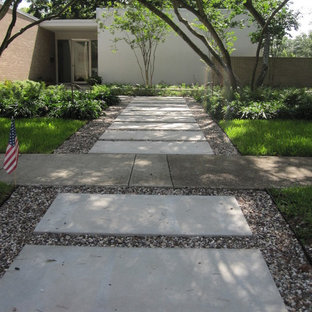 Inspiration for a mid-century modern landscaping in Houston.