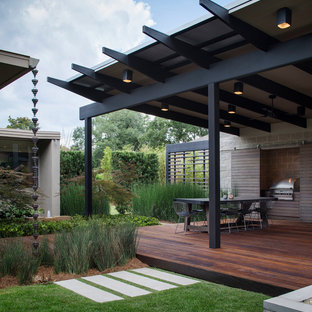 This is an example of a mid-century modern backyard landscaping in New Orleans.
