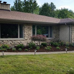 Создайте стильный интерьер: летняя садовые дорожки и калитки среднего размера на переднем дворе в стиле ретро с полуденной тенью и мульчированием - последний тренд