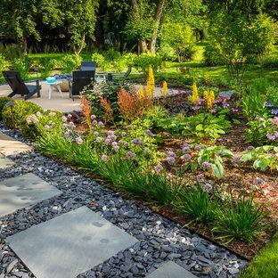Inspiration för mellanstora moderna bakgårdar i delvis sol på sommaren, med en öppen spis
