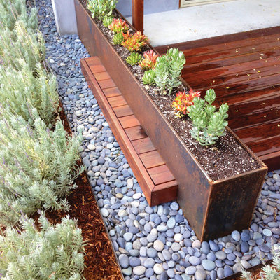 This is an example of a mid-century modern full sun backyard landscaping in Los Angeles.