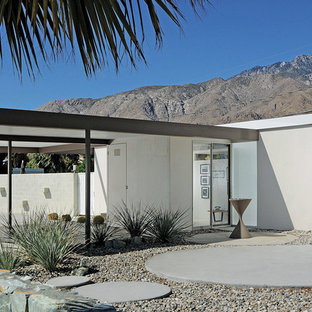 This is an example of a mid-century modern landscaping in Los Angeles.