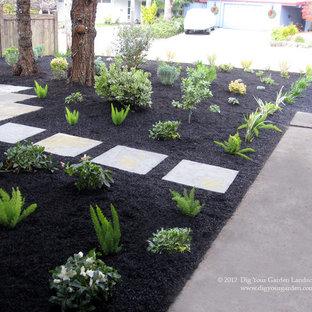 Свежая идея для дизайна: маленький весенний участок и сад на переднем дворе в стиле ретро с полуденной тенью и мощением тротуарной плиткой - отличное фото интерьера