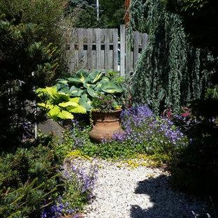 Aménagement d'un petit jardin avant romantique avec une entrée ou une allée de jardin, une exposition partiellement ombragée et du gravier.