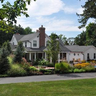 Bild på en vintage trädgård framför huset