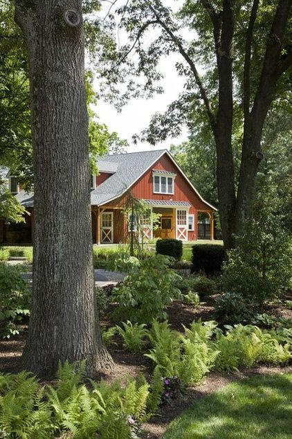 Farmhouse Landscape by Riley Custom Homes & Renovations