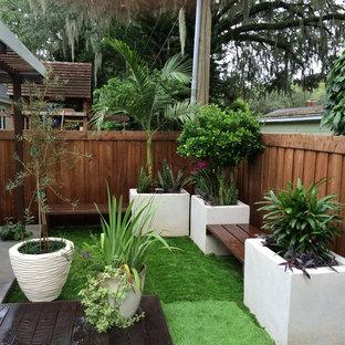 Idee per un piccolo giardino moderno esposto a mezz'ombra dietro casa in autunno con pedane