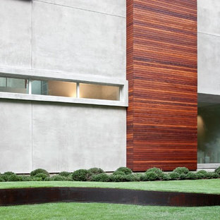 Design ideas for a mid-sized modern full sun front yard landscaping in Houston.