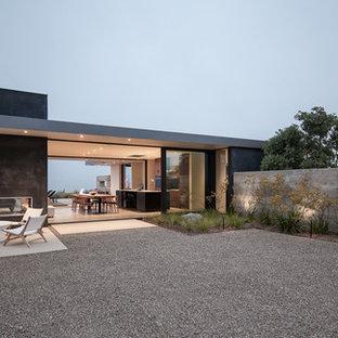 Großer Moderner Kiesgarten hinter dem Haus mit Kamin und direkter Sonneneinstrahlung in Santa Barbara