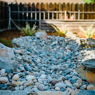 サンルイスオビスポの地中海スタイルのおしゃれな裏庭 (ゼリスケープ、擁壁、マルチング舗装) の写真