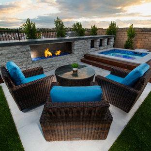 Mittelgroßer Moderner Garten hinter dem Haus mit Kamin, direkter Sonneneinstrahlung und Betonplatten in San Diego