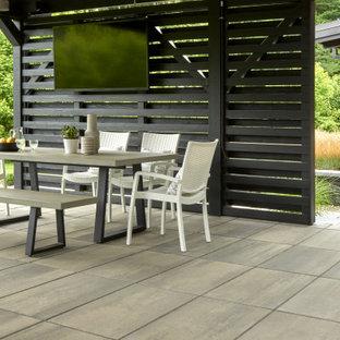Geometrischer Moderner Garten hinter dem Haus mit Gehweg und Betonplatten in Philadelphia