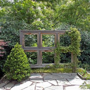 Cette image montre un jardin arrière rustique avec des pavés en pierre naturelle.