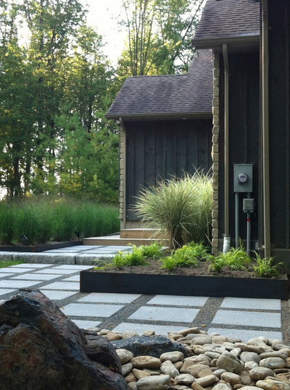 Contemporary Landscape by LEAF GARDEN DESIGN INC.