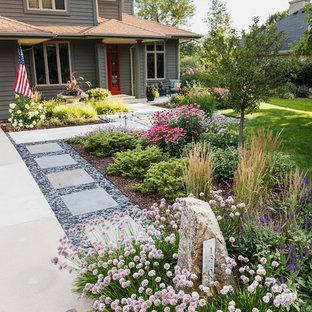 Cette photo montre un xéropaysage avant asiatique de taille moyenne et l'été avec une entrée ou une allée de jardin, une exposition ensoleillée et des pavés en pierre naturelle.