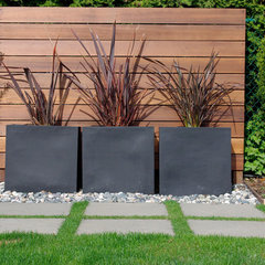 modern landscape by Aloe Designs