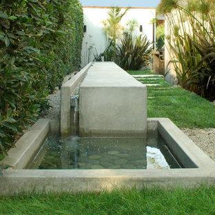 Moderner Garten mit Wasserspiel in Los Angeles