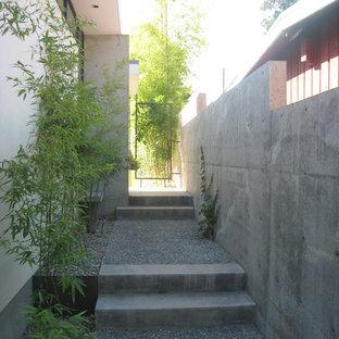 Foto de jardín minimalista, en patio lateral, con gravilla