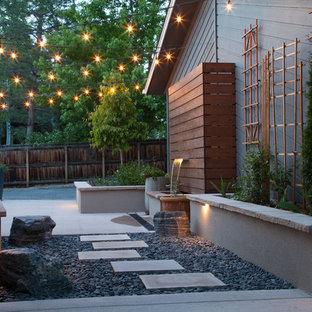 Kleiner, Geometrischer, Halbschattiger Moderner Garten hinter dem Haus mit Sportplatz, Natursteinplatten und Wasserspiel in Denver