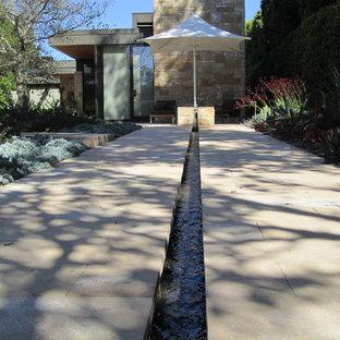 Idéer för att renovera en stor funkis bakgård i delvis sol som tål torka på sommaren, med en fontän och marksten i betong