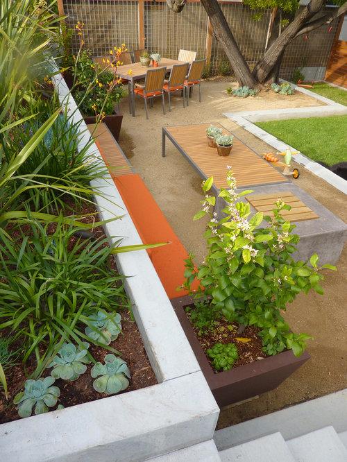 Find idéer til moderne multi shaped evergreen bed created to ac ...