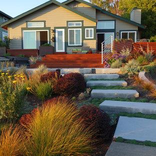 サンフランシスコの巨大な、夏のコンテンポラリースタイルのおしゃれな裏庭 (ゼリスケープ、日向、デッキ材舗装) の写真