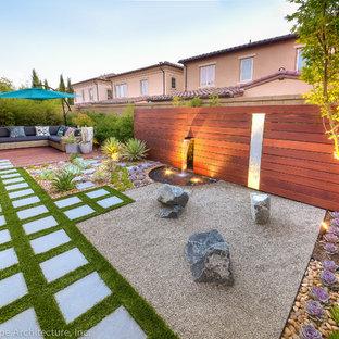 Bild på en liten funkis trädgård i delvis sol som tål torka och längs med huset, med en trädgårdsgång och grus