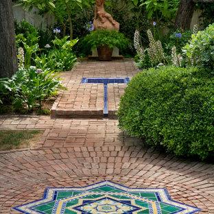 Inspiration pour un grand jardin à la française méditerranéen avec des pavés en brique.