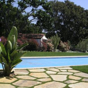 Imagen de jardín francés, mediterráneo, extra grande, en patio trasero, con fuente y adoquines de piedra natural