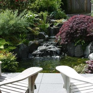 Moderner Garten mit Wasserfall in Seattle