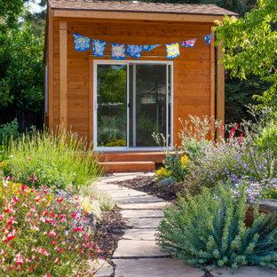 Пример оригинального дизайна: солнечный участок и сад на заднем дворе в средиземноморском стиле с хорошей освещенностью и покрытием из каменной брусчатки