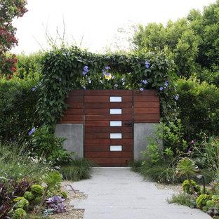 Ejemplo de jardín moderno con adoquines de hormigón