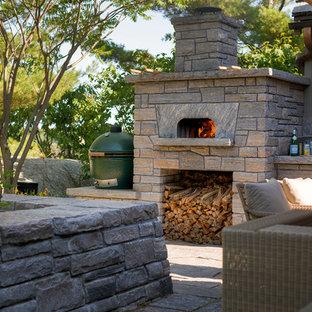 Uriges Garten im Innenhof mit Kamin und Natursteinplatten in Toronto