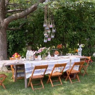 Cette photo montre un grand jardin latéral romantique l'été avec une exposition ombragée.