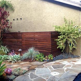 Diseño de jardín bohemio, grande, en patio trasero, con exposición parcial al sol y adoquines de piedra natural