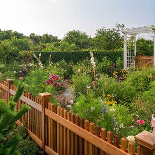 Idee per un giardino formale costiero esposto in pieno sole dietro casa e di medie dimensioni in primavera con un ingresso o sentiero e pavimentazioni in mattoni
